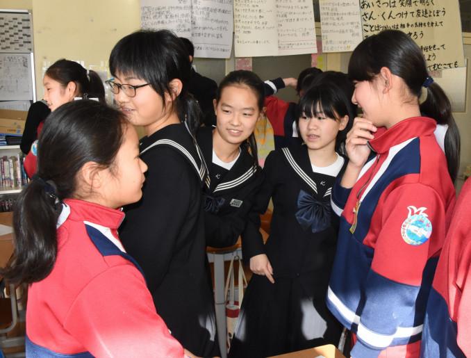楽しみながら英語を学ぶ釜石小の児童をサポートする釜石中の生徒