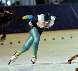 女子3000メートル 2位と0秒02差の接戦を制し、総合でも初の栄冠に輝いた熊谷帆乃香(大東大)=盛岡市・県営スケート場