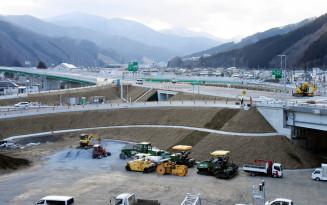3月9日に決まった東北横断自動車道の全線開通に向け、整備が進む釜石中央IC=釜石市新町