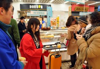 岩泉フェアで新商品の「ほおずきんちゃんプリン」を提供する県立大の学生ら