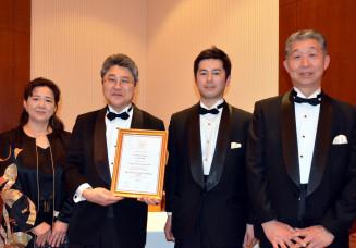 最優秀賞を受賞した浜千鳥の新里進代表取締役(左から2人目)ら