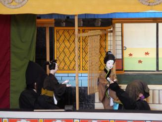 人形遣いが語りながら、人形を操る倉沢人形歌舞伎(花巻市教委提供)