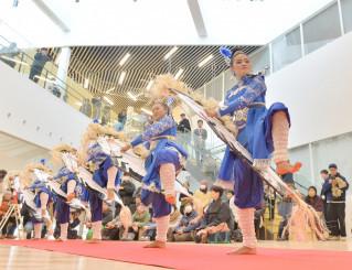 華麗な演舞を披露するインドネシアのクリンチン・マニス=9日、宮古市宮町・イーストピアみやこ