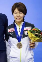 女子500メートルの表彰式でポーズを取る曽我こなみ=インツェル(ゲッティ=共同)