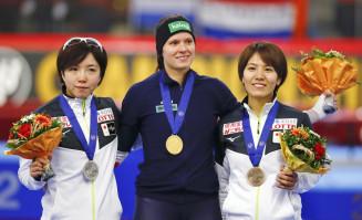 女子500メートルで3位に入った曽我こなみ(右、日本ハウスH&R)。左は2位の小平奈緒、中央は優勝したバネッサ・ヘルツォーク=インツェル(共同)