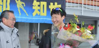 現役最後のレースを終え、県連盟の竹田浩久会長からねぎらわれる渡部知也(右、シリウス)=盛岡市・県営スケート場