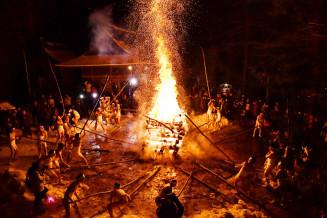 勢いよく井桁を揺さぶり、火の粉を舞い上げる男衆=10日午後8時55分、二戸市似鳥・似鳥八幡神社