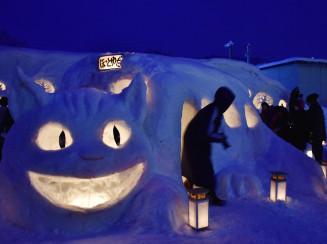 ネコバスの雪像に明かりがともされたJRほっとゆだ駅前の会場