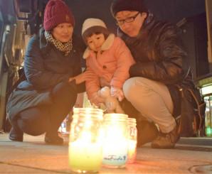 盛岡八幡宮の参道で柔らかな光に見入る親子連れ