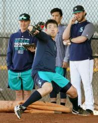 ブルペンで投球練習するマリナーズ・菊池(手前)。左端はサービス監督=ピオリア(共同)