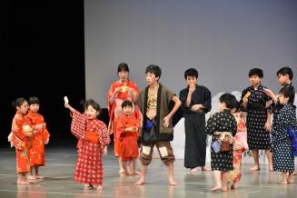 たくさんの子役も出演し、ステージを盛り上げた矢巾町民劇場