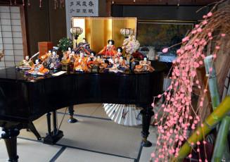 明治時代製のピアノの上に並べられたひな人形=盛岡市・一ノ倉邸