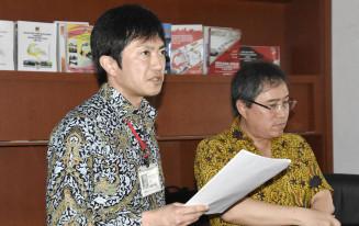 セミナーで講演する釜石市復興推進本部事務局の金野尚史係長(左)=11日、インドネシア中スラウェシ州パル(共同)