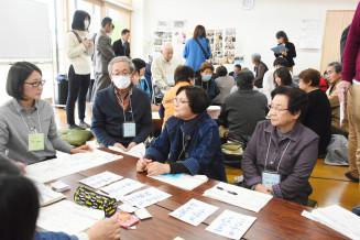 担い手不足の対応について意見を出し合う災害公営住宅の自治会役員