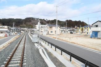 運転席横から見た山田町中心部。線路沿いでは宅地が引き渡され、住宅再建が進む。