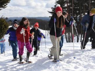 雪上でのかんじきを楽しむドラーアカデミーの学生ら