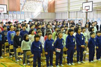 校舎への感謝を込めて合唱する児童