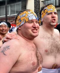 大東大原水かけ祭りで仲間と冷水の中を駆け抜け、「ユニークで楽しい」と魅力を語るロビンズ・ロビーさん(中央)