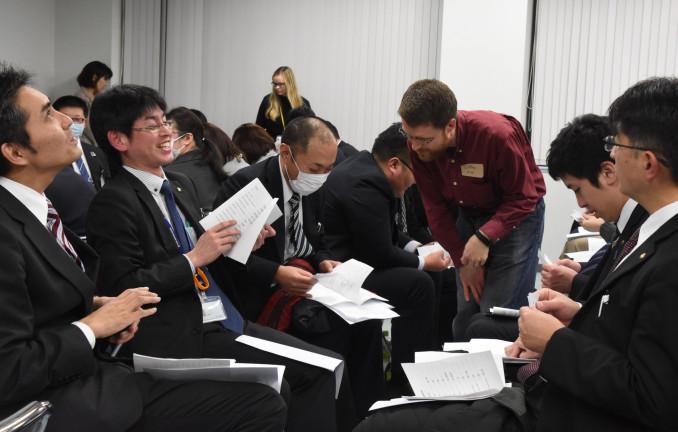 銀行業務に関わる英単語などを学ぶ参加者