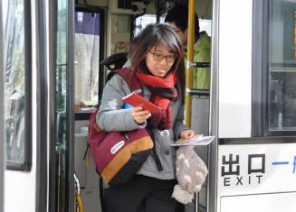 県内周遊パスポートの実証実験でバスを利用する外国人