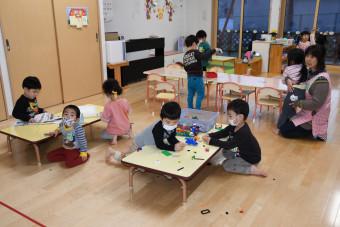 思い思いに遊ぶ元村保育園の子どもたち。10連休中も仕事がある保護者からは育児との両立に不安の声が上がる=滝沢市外山