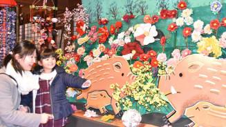 千厩の原風景をイメージし、今年のえとイノシシ、大小さまざまな約200個のボタン、菜の花が来場者を出迎えるメイン会場=千厩酒のくら交流施設
