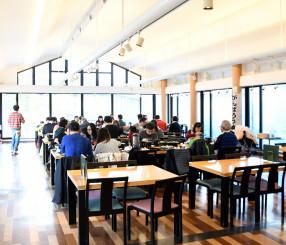 県産食材を使用したメニューを提供し訪日外国人客でにぎわうレストラン源
