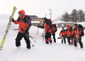 雪山救助、備え万全 八幡平市・遭難対策委、登山者搬送の訓練