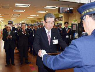 工藤実署長から感謝状を受け取る佐野峯茂副市長