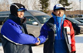 2度目の国体優勝を果たし、父の礼一さんから祝福を受ける三ケ田泰良選手(右)=16日、札幌市・白旗山競技場