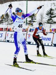 複合成年男子A 後半距離、ゴール前の競り合いを制して優勝した三ケ田泰良(左、明大)=札幌市・白旗山競技場