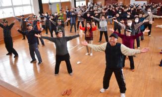 「たのしい健康体操『若返りたい』そう」で全身を動かす参加者