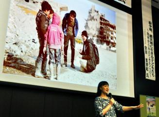 「子どもたちの声に耳を傾け、問題解決への輪を広げてほしい」と呼び掛ける安田菜津紀さん