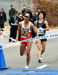 男子20キロ競歩 1秒差で競り勝ち、5連覇のゴールに飛び込む高橋英輝(手前、富士通)。後ろは2位池田向希(東洋大)=神戸市・六甲アイランド甲南大周辺コース
