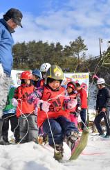 青空の下、悪戦苦闘しながらたげばすりを楽しむ子どもたち=17日、一関市東山町・唐梅館総合公園