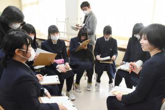 若手町職員から仕事環境や大学入試の勉強法などについてアドバイスを受ける住田高の生徒