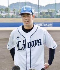 開幕投手に指名され、報道陣の質問に答える西武・多和田真三郎=日南・南郷