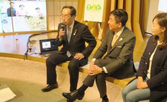 「思いやり型返礼品」事業の普及に向けて協定を結んだ高橋敏彦市長(左)と山本龍市長(中)ら