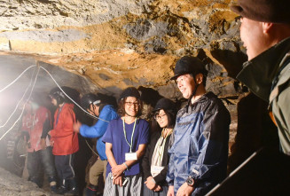 あまちゃんロケに使われた琥珀(こはく)の坑道を見学するツアー参加者。ロケ地が観光に活用されている=2018年4月、久慈市