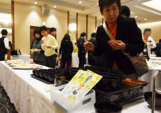 新商品のゆず麺やシロップを使った料理を試食する参加者