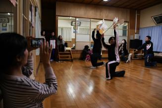 プロジェクトのメンバーが見学する中、練習する達谷窟毘沙門神楽