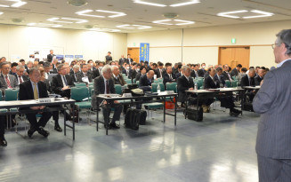 ILC誘致を巡る最新の情報に聞き入る参加者