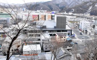 【2019年2月17日】 イオンタウン釜石のすぐ近くに整備された市民ホールTETTO(中央)。一帯のハード整備は完了した=釜石市大町