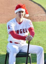サンタクロースの帽子をかぶって写真に納まるエンゼルス・大谷翔平=テンピ