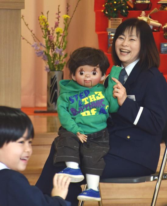 トマルくんとの腹話術で園児に楽しく交通ルールを教える加藤美加子さん