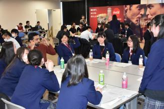 外国人留学生と英語で夢などについて話し合う高校生たち