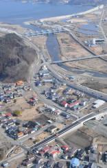 リアス線の全線開通を1カ月後に控え、津軽石駅付近を訓練運転する三陸鉄道の列車(中央右)=22日、宮古市津軽石