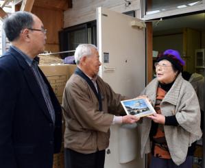 7年半過ごした仮設住宅を後にする関綾子さん(右)。引っ越し直前まで多くの友人が訪れ、別れを惜しんだ=22日、遠野市穀町