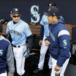 試合前、ベンチで言葉を交わすマリナーズ・菊池雄星(右)とイチロー(共同)