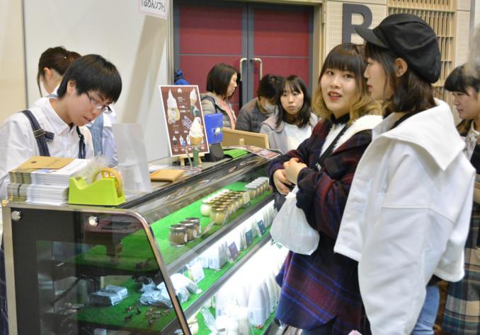 プリンなどのスイーツが並ぶフェア。買い求める若い女性たちが列を作った
